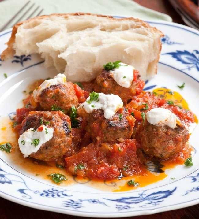 Greek Meatballs in Tomato Sauce (Soutzoukakia Smyrneika) | Neos Kosmos