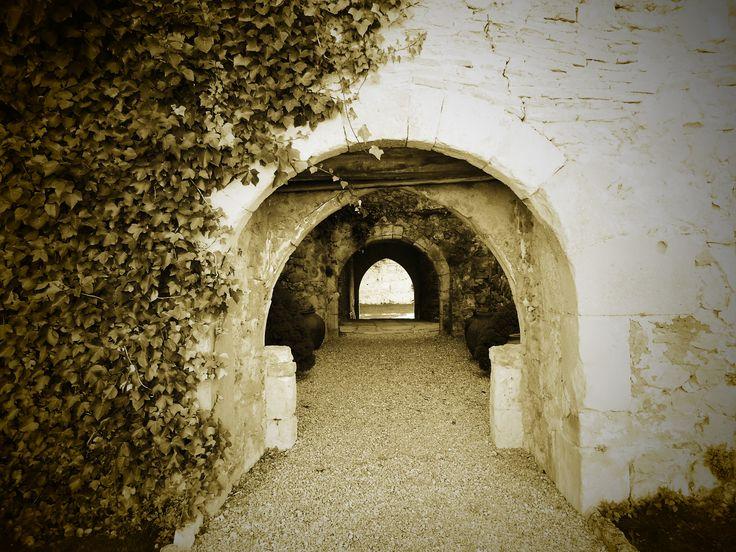 Arcos de los muros del castillo. En primer plano el mas moderno.