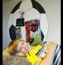 Måla en fotboll på väggen. Använd magnetfärg från Beckers i botten så kan du sätta upp favoritbilderna, direkt på väggen.