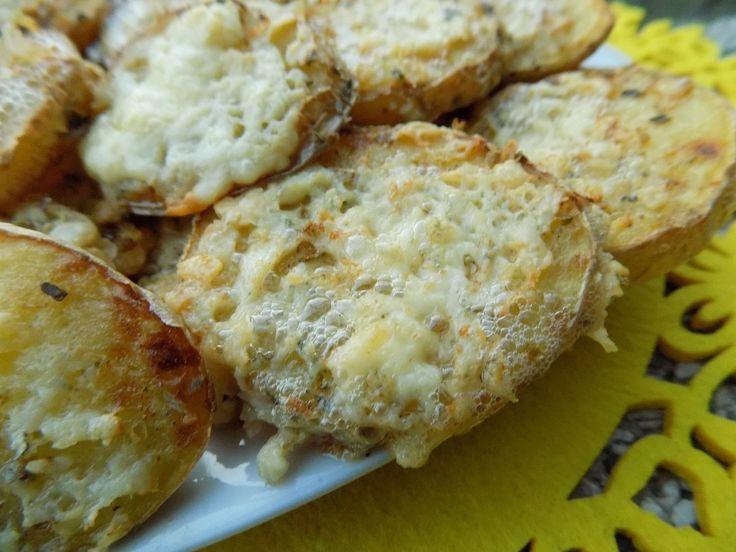 Omyté brambory nakrájíme na 1 cm kolečka.Smícháme olej s oregánem a všechny kolečka uložené na plechu potřeme. Pečeme do zrůžovění.Po té posypeme...