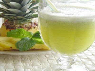 Sumo natural de abacaxi gengibre e beringela para eliminar a gordura abdominal