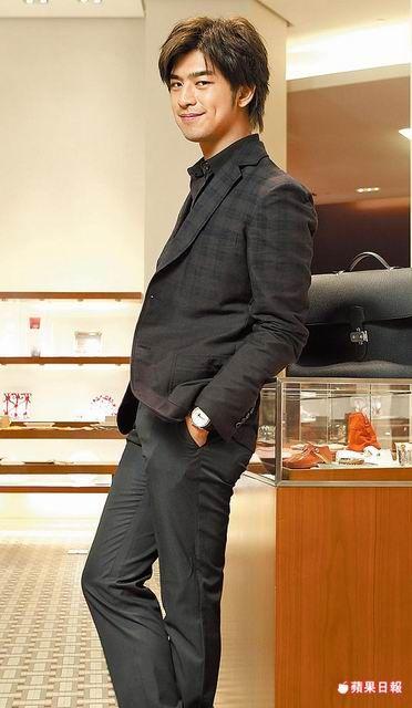 西裝對陳柏霖而言是成熟的展現。西裝外套7萬7600元、襯衫2萬3800元、褲2萬4800元、Arceau全日曆月相錶23萬9600元