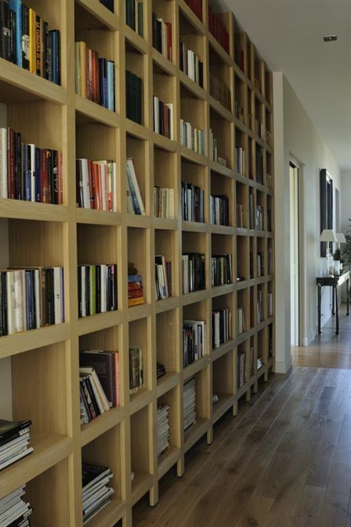 Bibliothèque en bois sur-mesure dans le couloir