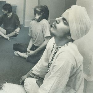 1973: Kundalini Yoga workshop .... #vintageyoga #yogahistory #1970s #yoga #yogalife #yogaworld #om #kundalini