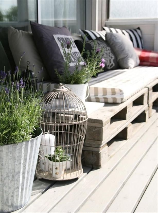 Stacked pallets with long seat cushion and throw pillows, so easy! Simple patio seating