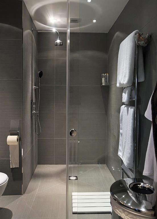 Italian style shower entirely grey in modern style  | Douche italienne entièrement grise au style moderne