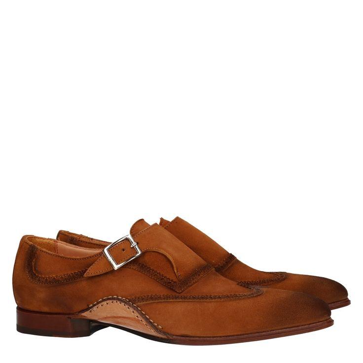 Giorgio 02020/01 bruin suede geklede schoen  Exclusieve herenschoen van het luxe label Giorgio model 02020/01 bruin. Deze geklede herenschoen is volledig vervaardigd uit suède. De exclusieve instapper is afgewerkt met prachtige details zoals de sierlijke geperforeerde randen en de opanka inzet. Door het gebruik van kwaliteitsleder in de voering van deze luxe schoen in combinatie met de suède buitenkant zal deze chique schoen zich volledig naar je voet gaan vormen. De gesp op de wreef is…