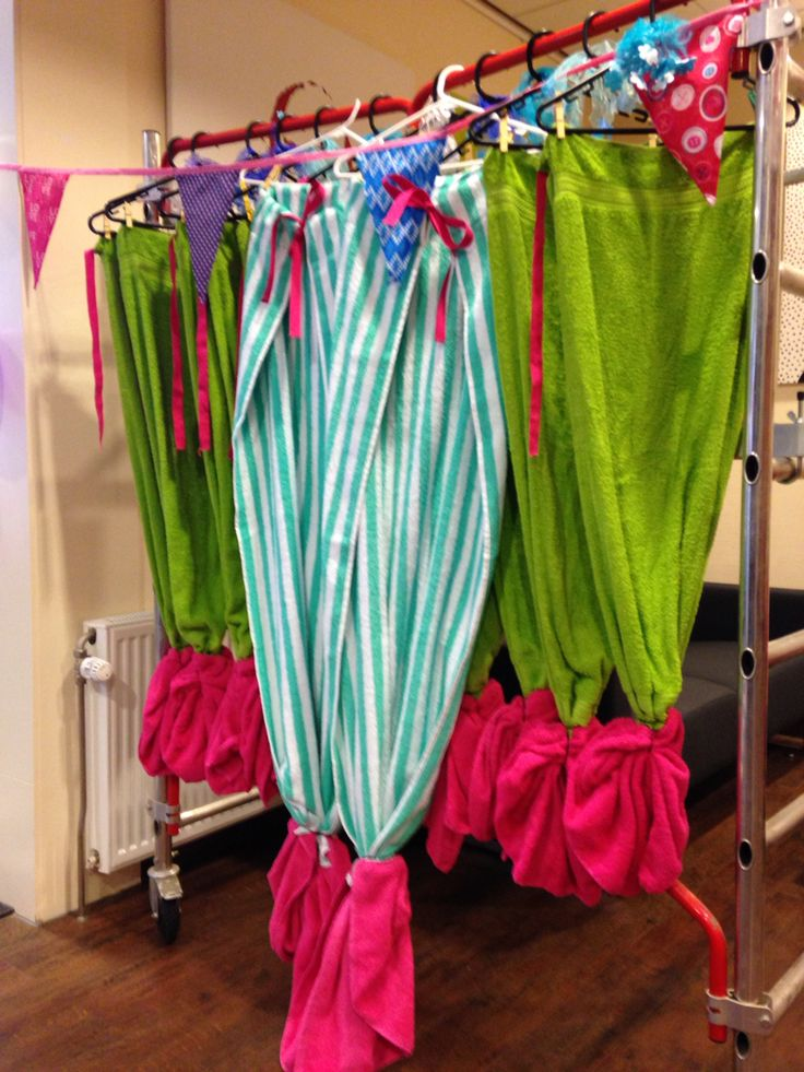 Mermaid towels.  For two towels you need 2 tail towels and 1 for the fin. Cotton ribbon 2 meters and 4 hairelastics. Cut the fin towel in half and sew to the tail towel. Add 0.5 m of ribbon to each side of the tail towel. Then finish the tailfin using the elastics.