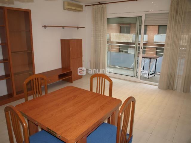 Precioso piso en av. De Madrid, dotado de calefacción central, aire acondicionado en el comedor, ventanas de aluminio de gran calidad con doble acristalamiento, cocina equipada, 2 habitaciones dobles, 2 habitaciones sencillas, gran salón comedor con salida al balcón, 2 baños completos con calefacción, 2 balcones grandes, el piso da a dos bandas, zona interior ajardinada, ascensor, (EL AGUA ESTA INCLUIDA EN EL PRECIO MENSUAL)   GARAJE CON TRASTERO OPCIONAL.