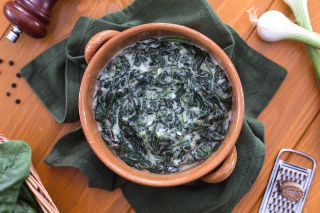 Gli spinaci sfiziosi sono un contorno gustoso con tanta cremosa besciamelle e spinaci freschi.