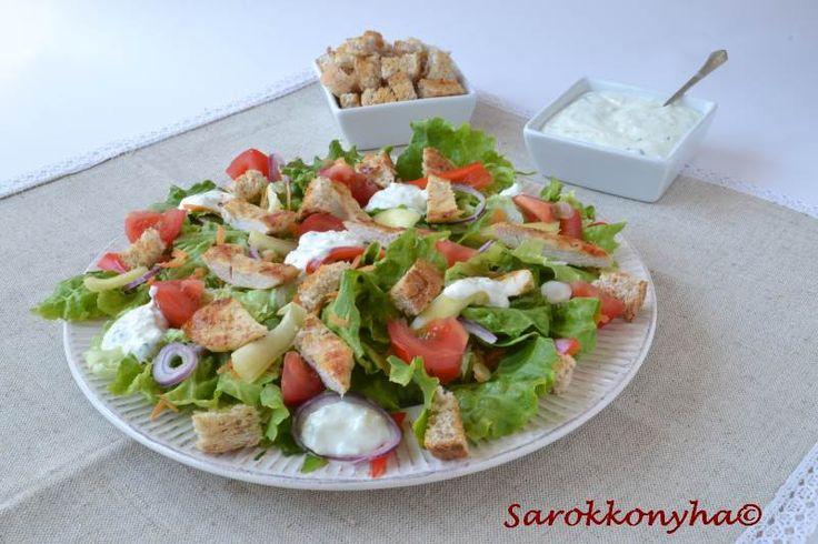 Sarokkonyha: Csirkemell saláta joghurtos túróöntettel