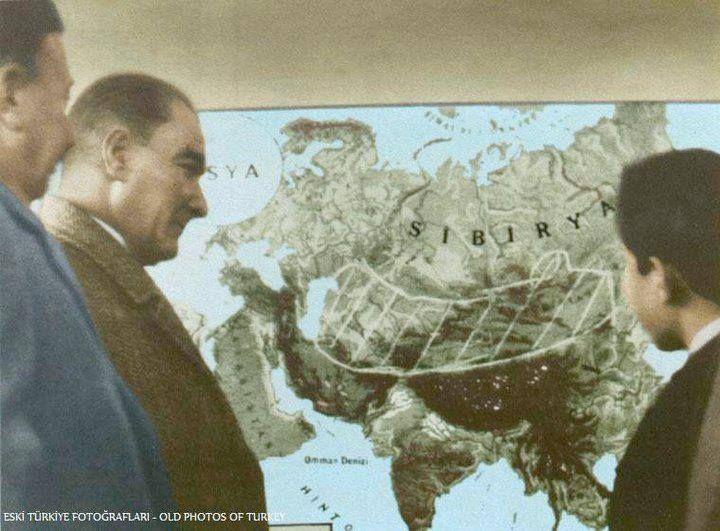 Mustafa Kemal Atatürk, Samsun'da bir ortaokulun coğrafya dersinde. (26 Kasım 1930)
