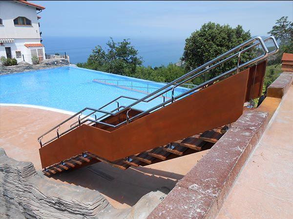 Escalera recta con chapa en acero corten, peldaños de madera de elondo y barandillas de acero inoxidable. #escalera #deba #gipuzkoa #piscina #mar #stairs