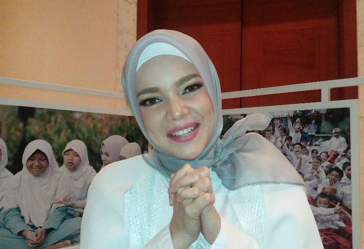 Semangat Dewi Sandra Kejar Target Khatam Quran di Bulan Ramadhan