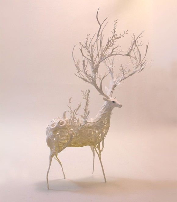 神秘の生態系を身に纏った動物たちの繊細粘土彫刻