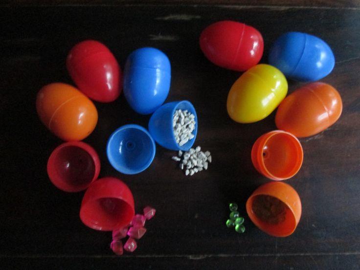 Schudeieren. Ik heb een aantal lege plastic eieren gekregen. Ideaal om schudeieren van te maken.