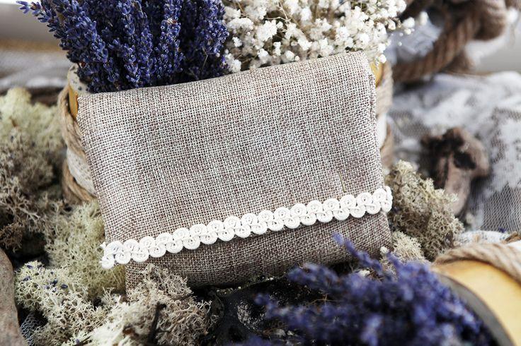 Μπομπονιέρα Atelier Zolotas σε σχήμα φακέλου διακοσμημένη με δαντέλα.