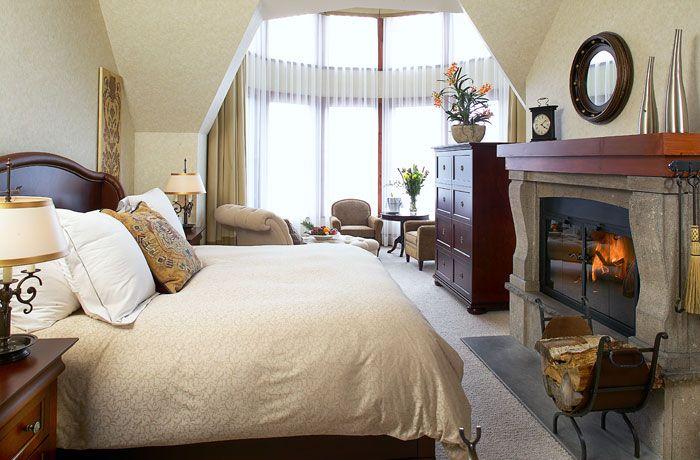 Cette chambre est plus chère que celle-là. Cette chambre coûté $350.