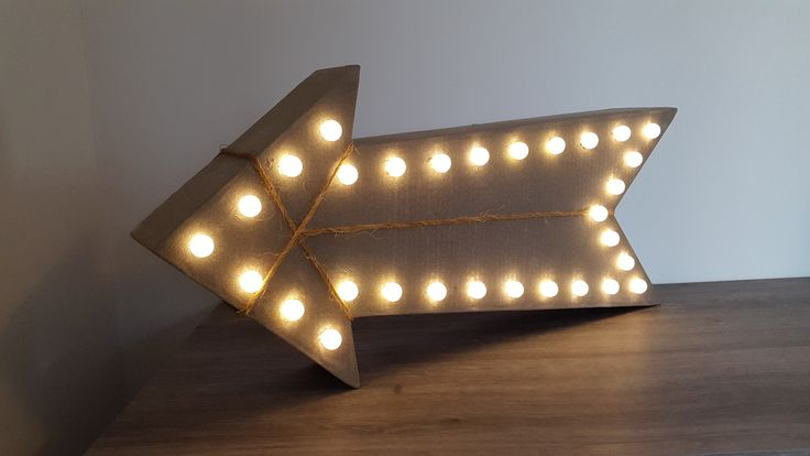 Flèche lumineuse de décoration en carton : Luminaires par laboiteacarton