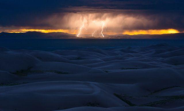 稲妻と砂丘(米国・コロラド州)