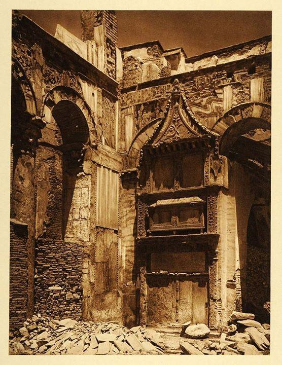 Θεσσαλονικη 1923 - Το μαρμάρινο επιτύμβιο μνημείο του Λουκά Σπαντούνη μέσα στο ναό του Αγίου Δημητρίου (κατασκευής 1481)