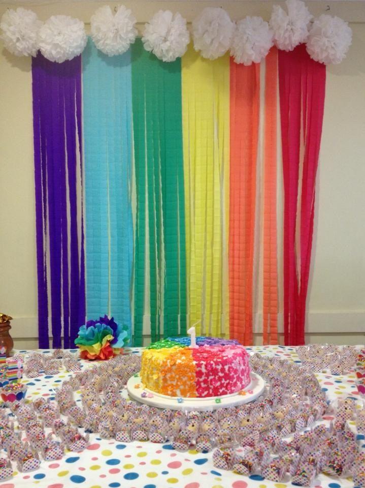 Festa do primeiro aniversário da minha filha, com decoração no tema arco íris feita organizada pelas tias e pela vovó.