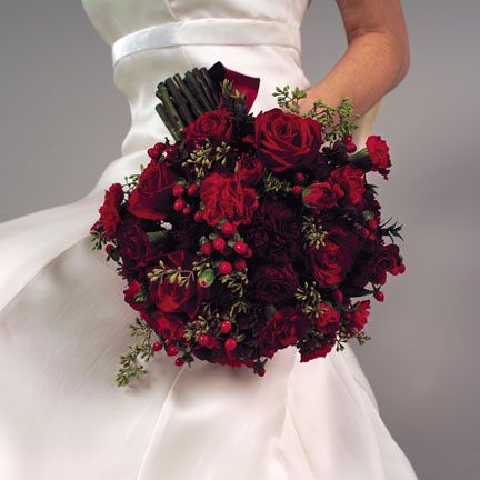 Beautiful idea for a winter wedding. The berries add a special touch. The dress is also lovely and simple.
