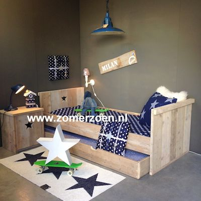 Mooi stoer ledikant van #steigerhout met bijpassende kast en nachtkastje. http://www.zomerzoen.nl/catalogsearch/result/?q=vik