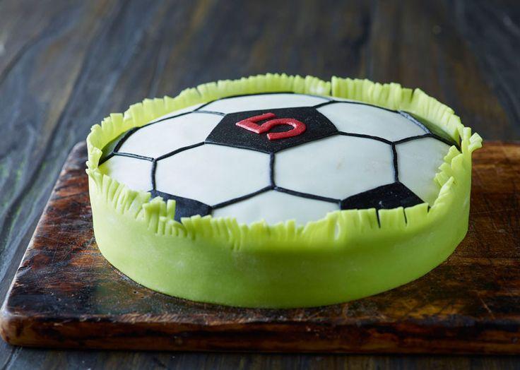 Fodbold-chokoladekage med marcipan