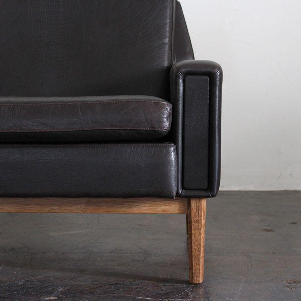 Vintage 3seat sofa/ デンマークで買付けたビンテージのレザーソファ。レザーの色味は限りなく黒に近いブラウン色です。脚部はオークの無垢材です。  #家具 #ヴィンテージ #北欧 #テーブル #デザイン #アンティーク #デンマーク #イギリス #ソファ #レザー