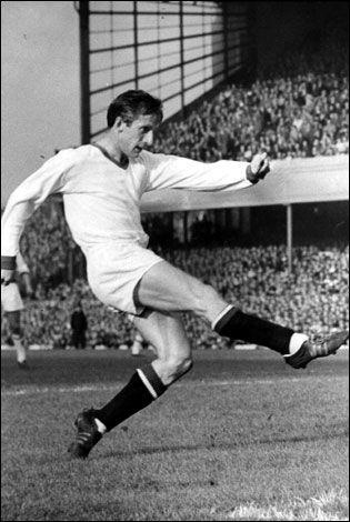 Dennis Viollet (Manchester United FC, 1953–1962, 259 apariciones 159 goles, uno de los grandes goleadores de la historia de los rojos