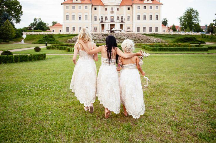 Chateau Liblice.Свадьба в Чехии. Свадебный фотограф в Чехии: подружки невесты в обнимку, вид на замок Либлице