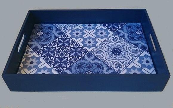 Bandeja em madeira com pintura em azul, revestida com tecido adesivo impermeabilizante que imita azulejos portugueses. Lindo item para servir, decorar e embelezar sua casa.