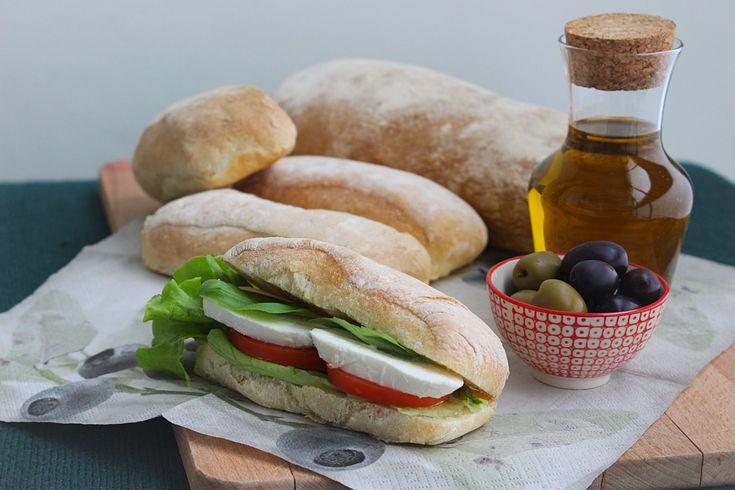Ciabatta är ett italienskt bröd som trots sin mycket neutrala smak är helt fantastiskt. Brödet ska gärna vara lite segt med hård skorpa.