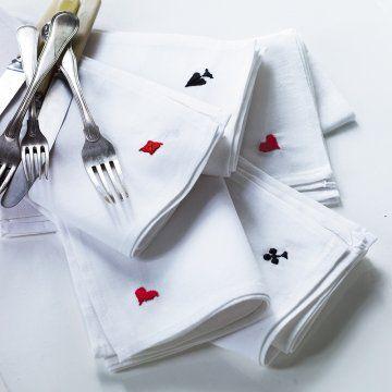 Des serviettes brodées aux couleurs des cartes à jouer