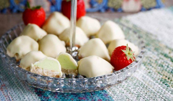 Små söta biskvier med smak av päron doppade i vit choklad - Lyxfika!