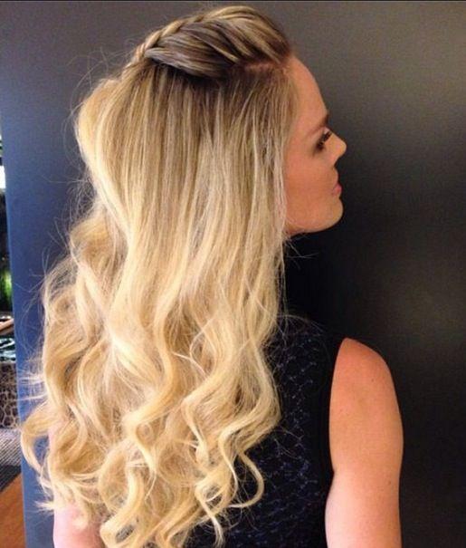Letícia Birkheuer usa penteado que mescla topete, trança e cabelo ondulado…