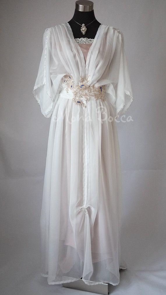 Periode kostuums, Edwardian jurken, Victoriaanse jurken, vintage schoenen, vintage sieraden - ik altijd vond het geweldig. Ik denk dat ik zou worden geboren in een ander tijdperk. En de periode films - ik aanbid periode mode. En natuurlijk ik verliefd zijn gevallen met de Edwardian jurken in Downton Abbey. Ze hebben mij kijken voor andere mooie outfits uit die tijd om te krijgen wat inspiratie voor mijn nieuwe lijn van periode jurken. Deze prachtige jurk is gemaakt van ivoor fijne en…