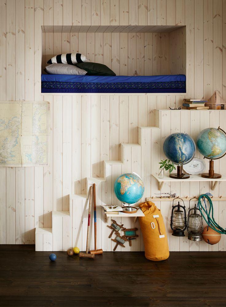 Släpp loss fantasin och skapa utrymmen du inte trodde fanns. En sovkoja i väggen kanske? Vitvaxade panelen Trend Slät ger väggar och trapp en rå men varm känsla och ger en skön kontrast till det lite mer sobra, borstade, Moelvengolvet Etna Furu, och den marina inredningsflörten.