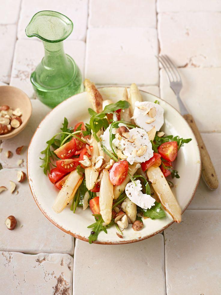 Frischer Salat mit gebratenem Spargel, Ziegenkäse, Rauke und Tomaten