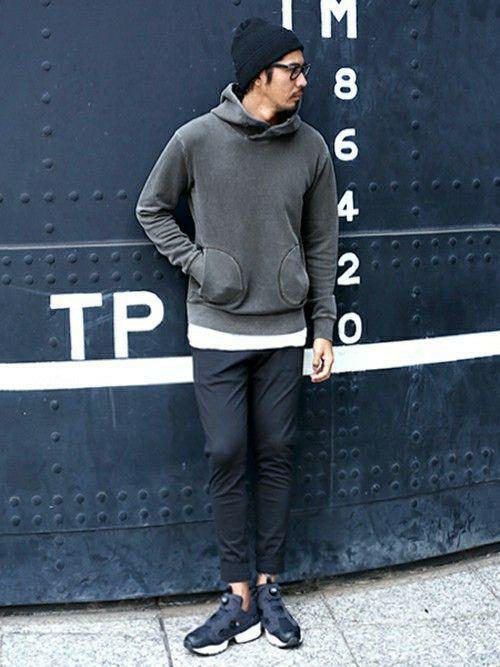 ブラックのワントーンコーデをアスレジャー    スタイルで。    雰囲気の良いカラーリングのパーカ