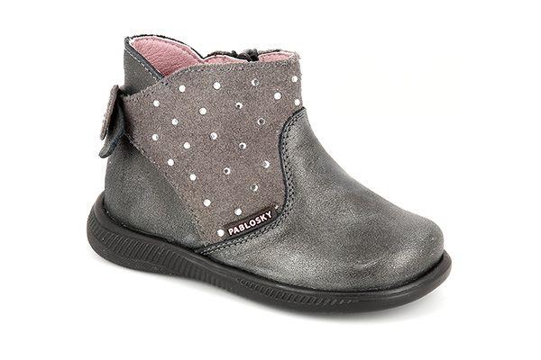 Pablosky. Botitas para niñas confeccionadas en piel de primera calidad y strass,  con cierre cremallera, plantilla interior superabsorbente y antibacteriana inTech, suela de goma adherente, SuperFlex y Airbag System. Disponible en dos colores, marino y gris. ¡La calidad se nota en cada pisada! #Boots #Botas #CalzadoInfantil #StepEasy #Pablosky #BootsPablosky #BotasPablosky