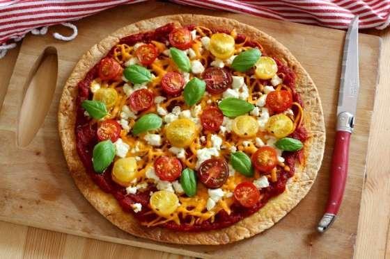 Uma tortilla de trigo, um molho de tomate caseiro (deixe secar simplesmente uma lata de tomates em p... - Receitas sem Fronteiras