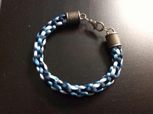 Realizada en hilo cola de ratón en tonos azules con cierres en bronce