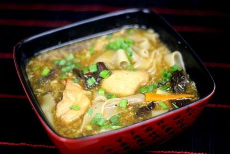 Zupa z kurczakiem, grzybami i makaronem ryżowym to rewelacyjne chińskie danie, bardzo proste w przygotowaniu