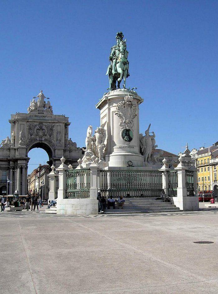 Plaza del Comercio, Lisboa, Portugal         La Praça do Comércio, fue el terreno donde se asentó el Palacio Real de Lisboa durante más de 200 años. Es una de las más importantes plazas de Lisboa y, con una gran vista al estuario del Tajo, es el centro neurálgico de la ciudad.