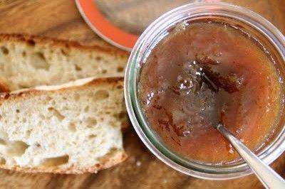 Rabarabrasyltetøy med vanilje må lages når rabarbra endelig er sesong! For denne og anrde gode rabarbraoppskrifter, besøk bloggen Mat på Bordet.