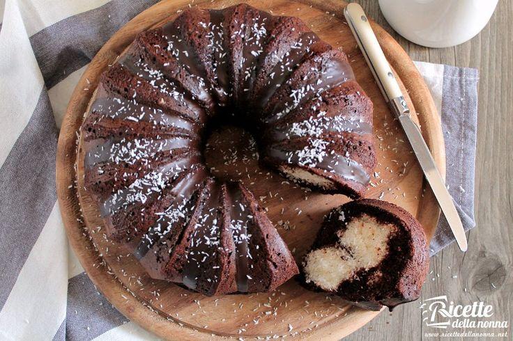 La Bounty Cake prende ispirazione proprio dal famoso snack a base di cocco e ricoperto di cioccolato fondente. Questa soffice torta al cacao racchiude un morbido e goloso ripieno che resta fragrante e soffice per almeno 4 giorni.