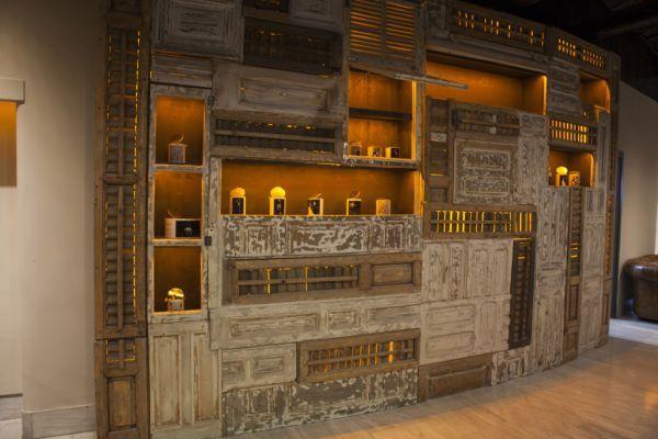 Diseñamos y elaboramos este mueble para la planta superior de los Teatros Luchana. Le incorporamos unas estanterías para convertirlo en un original librero.