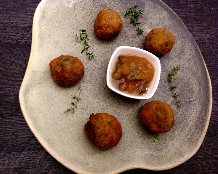 Bocados de parmentier de patata y morcilla con salsa dulce de manzana y pistachos de Can Bech
